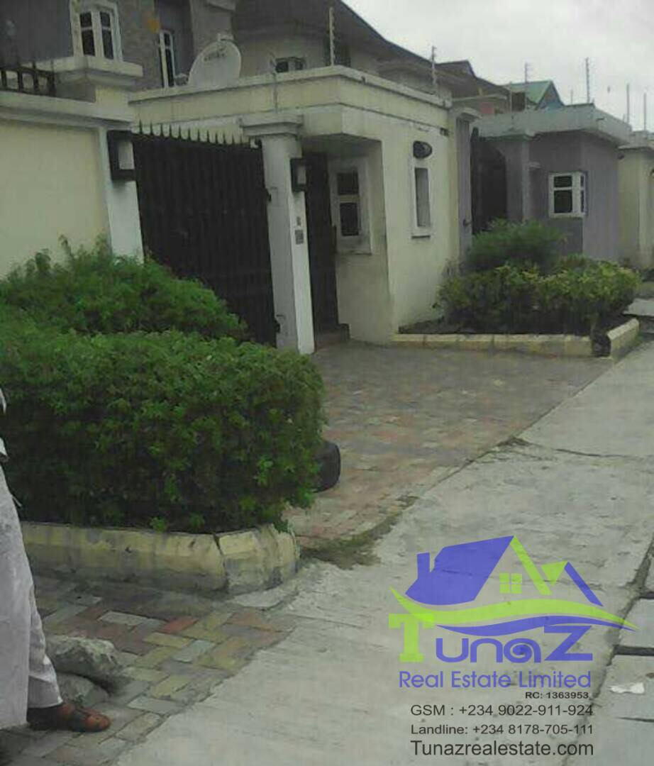 Semi detached 4 bedroom duplex with 2 bedroom bq with 2 living sitting room For sale